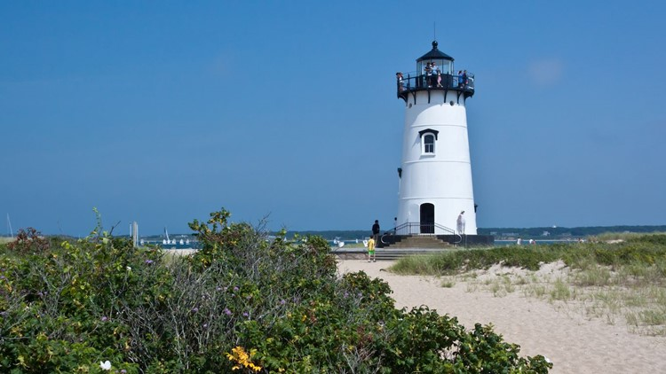 edgartown-lighthouse-marthas-vineyard-massachusetts.jpg