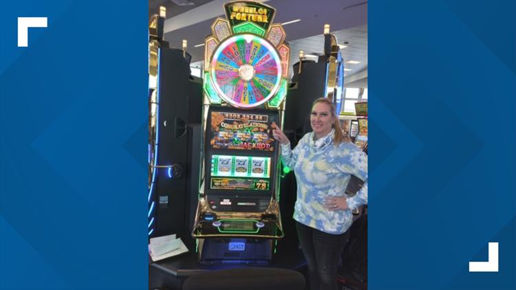 Texas woman wins $302,000 slot machine jackpot while waiting for flight at Las Vegas airport